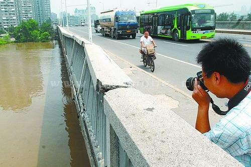 千吨失控趸船漂流三公里撞伤江汉二桥