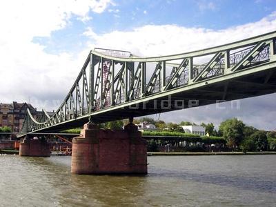 加劲梁采用同4号桥墩整体连接的刚架结构,刚架梁在南岸部分可供锚固的