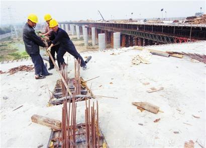 据介绍,目前,海湾大桥青岛端接线工程中的海尔路跨线桥,四流路