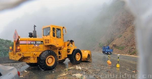10月22日,救援车辆在苏花公路上