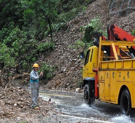 10月22日,救援车辆在苏花公路行驶