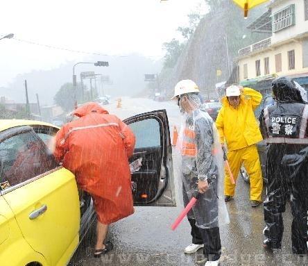 10月22日,警察在苏花公路疏导交通