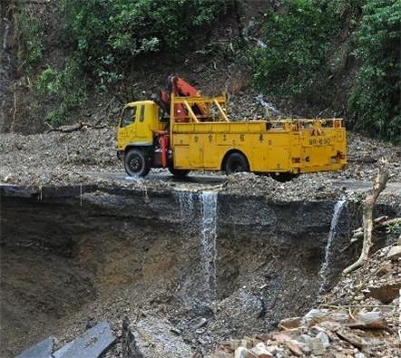 10月22日,救援车辆在被毁的苏花公路上行驶