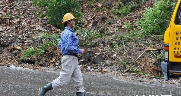 10月22日,救援人员在苏花公路上