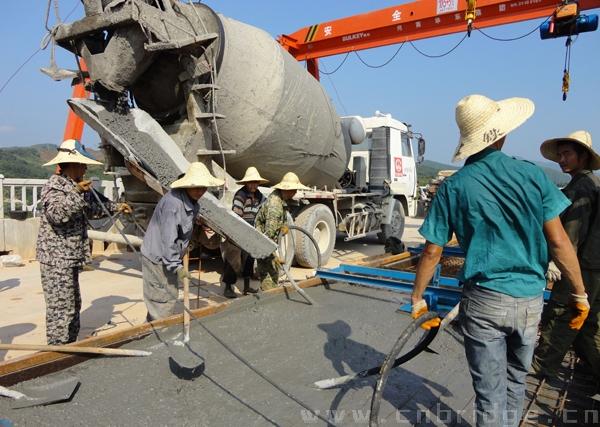 中铁一局京福客专桥梁公司分部无砟轨道底座板正式开始浇筑