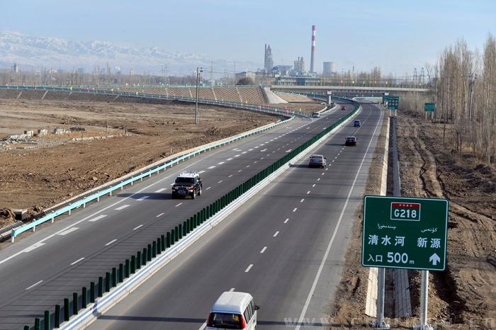全线采用四车道高速公路标准