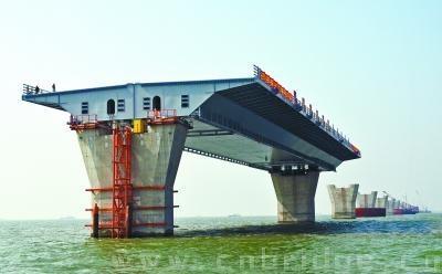 个在桥梁上部结构中大规模使用钢箱梁的外海桥梁工程