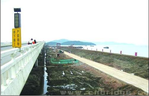 """又到了枇杷大规模上市的季节,去年这个时候太湖大桥堵成""""一锅粥""""的景象还历历在目,因此对于太湖大桥复线的建设进度有了更多的关注。记者昨天获悉,这座与现有太湖大桥长度、桥形完全相同的""""姊妹桥""""已经开工,目前主要施工位置在2号桥一段,目前完成打桩50根。从本月20起,1号桥和3号桥两段将开始施工,预计到2015年底,太湖大桥""""姊妹桥""""建成。   每年一到太湖特色农产品(000061,股吧)上市的时候,各地的游客纷纷涌入西山岛,太湖大桥已"""