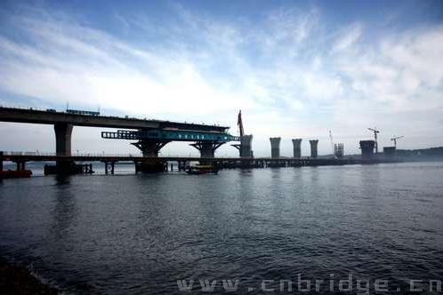 79公里,采用双向四车道一级公路标准,设计时速60公里,桥梁结构设计
