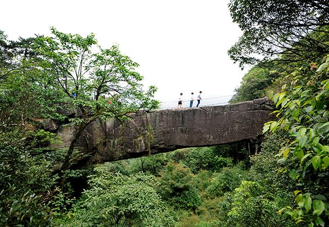 6月3日,桂东县普乐镇齐云山景区,县国土资源局专家在对仙缘桥