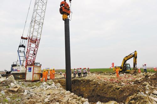 6月2日,三门湾大桥及接线工程(台州段)在健跳镇连心塘打下第一桩,这