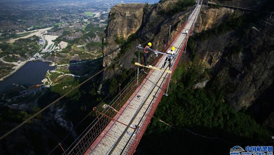 全世界第一条全透明玻璃吊桥
