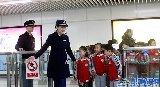 小学生探秘青岛地铁 感受青岛地铁文化
