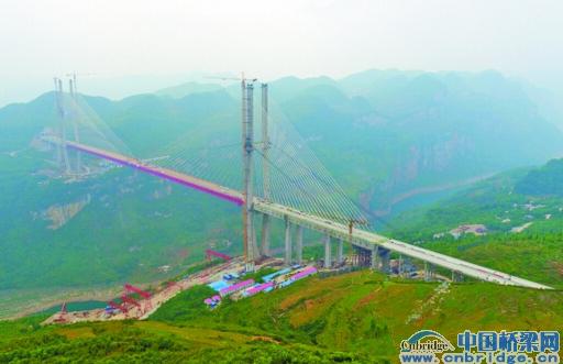 本报记者聂毅 5月20日上午10时,贵阳至黔西高速项目的重点控制性工程——鸭池河大桥实现合龙。这座主跨800米、全长1450米的大桥将成为世界上最大跨径的钢桁梁斜拉桥,为世界山区斜拉桥之最;随着鸭池河大桥的合龙,贵黔高速公路8月全线通车已无悬念,从贵黔——黔大——大方库东关至毕节连接线一路通达,贵阳至毕节市区的车程将缩短至2小时。 世界最大跨径钢桁梁斜拉桥主跨800米,全长1450米 昨日上午,记者来到位于黔西县新仁乡的鸭池河大桥(距