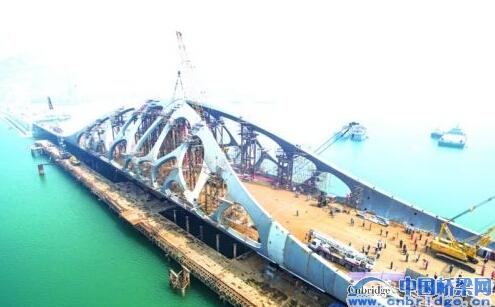 桥梁整体造型采用珊瑚拱形钢结构